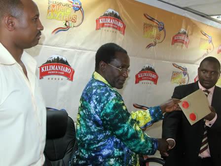 Menejawa Bia ya Kilimanjaro George Kavishe, Angelo Luhala mratibu wa tuzo za kilimanjaro toka basata na mkaguzi wa tuzo toka INNOVEX