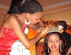 Nadia Mohamed akivishwa taji na Nancy Sumari