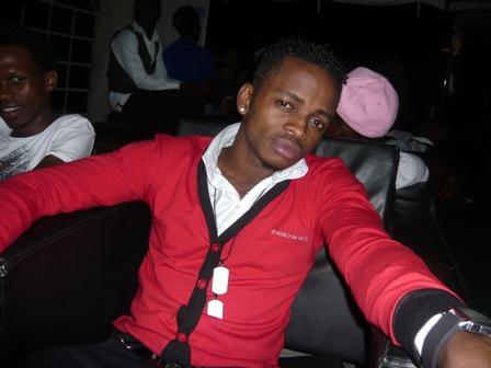 Mwanamuziki Diamond, akiwa kwenye pozi wakati akisubiri zamu yake ya kuingia kati kwaajili ya show