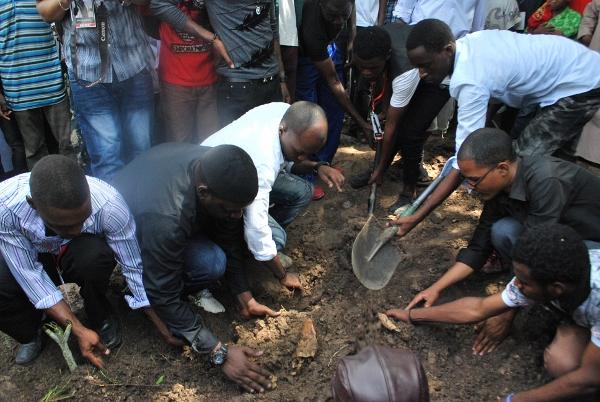 Baadhi ya watu wakifukia kaburi