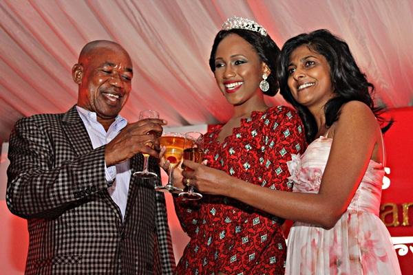 Hashim Lundenga akipeana cheers na Miss Tanzania wa sasa Brigitte Alfred