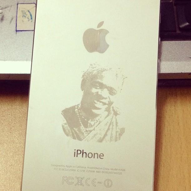 Photo of Picha: Jose Chameleone atengenezewa iPhone 5 'customized' yenye picha yake
