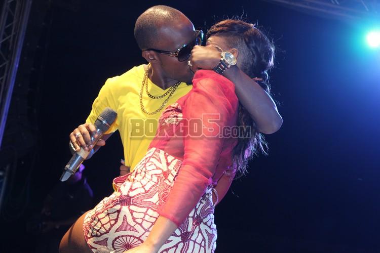 Amini na Linah wakikumbushiana kama zamani katika show ya Serengeti fiesta 2013 Tabora ndani ya uwanja wa Aly Hassan mwinyi.