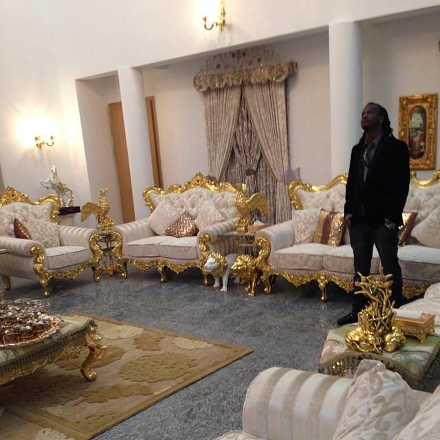 Kufuru p square waweka sofa samani zenye dhahabu ndani for Interior decoration ghana