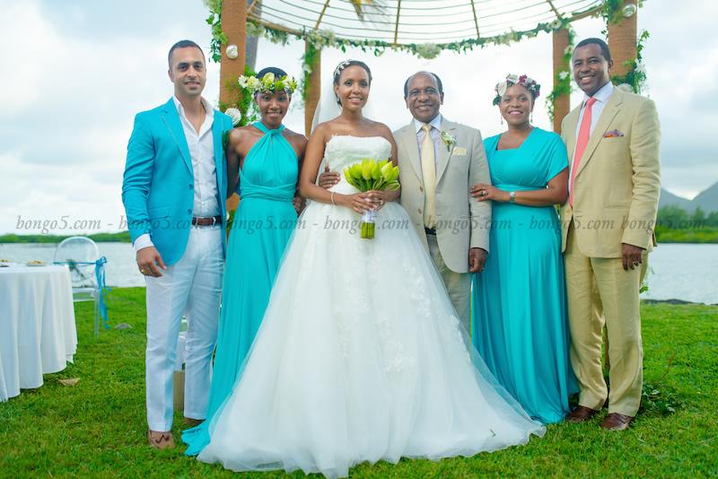 Mr and Mrs Reginald Mengi wakiwa na nyuso za furaha pamoja na watu wao wa karibu