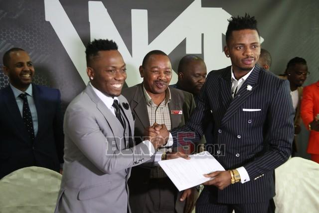 Diamond na Mavoko wakibadilishana mikataba