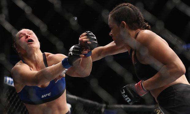 Photo of UFC 207: Amanda Nunes amchakaza Ronda Rousey ndani ya sekunde 48!