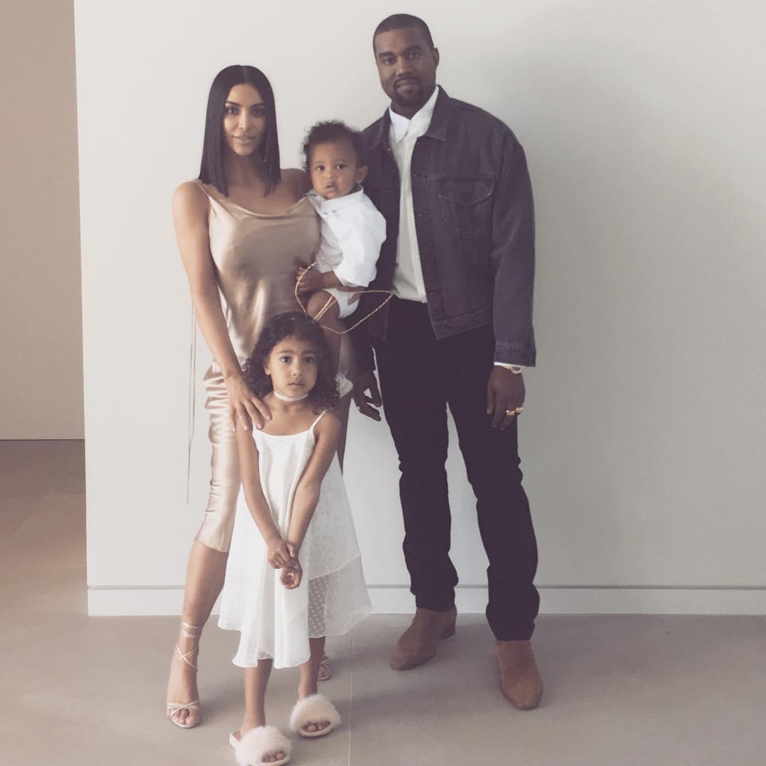 Photo of Kim Kardashian na Kanye West waonesha picha hii ya familia kusherehekea Pasaka