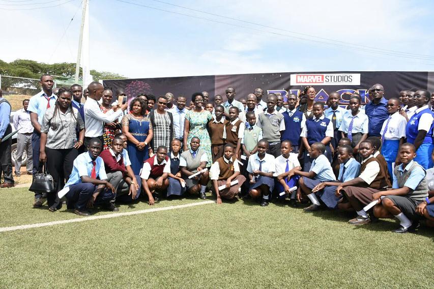 Lupita Nyong'o atoa shavu kwa wanafunzi Kenya