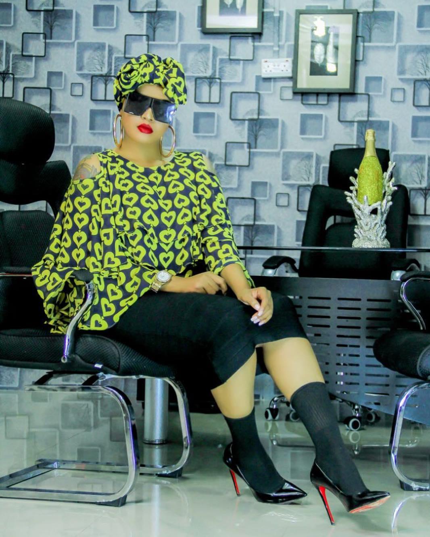 Sitaili Mpya Ya Kunyoa Kwa Wadada: Socks In Shoes Ni 'Balaa' Jipya Kwa Warembo Wa Town