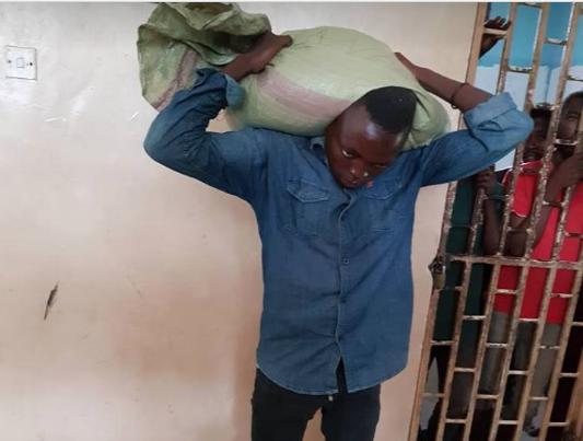 Photo of Mwizi ajisalimisha polisi baada ya mzigo wa mahindi aliouiba kuganda mgongoni (Picha)