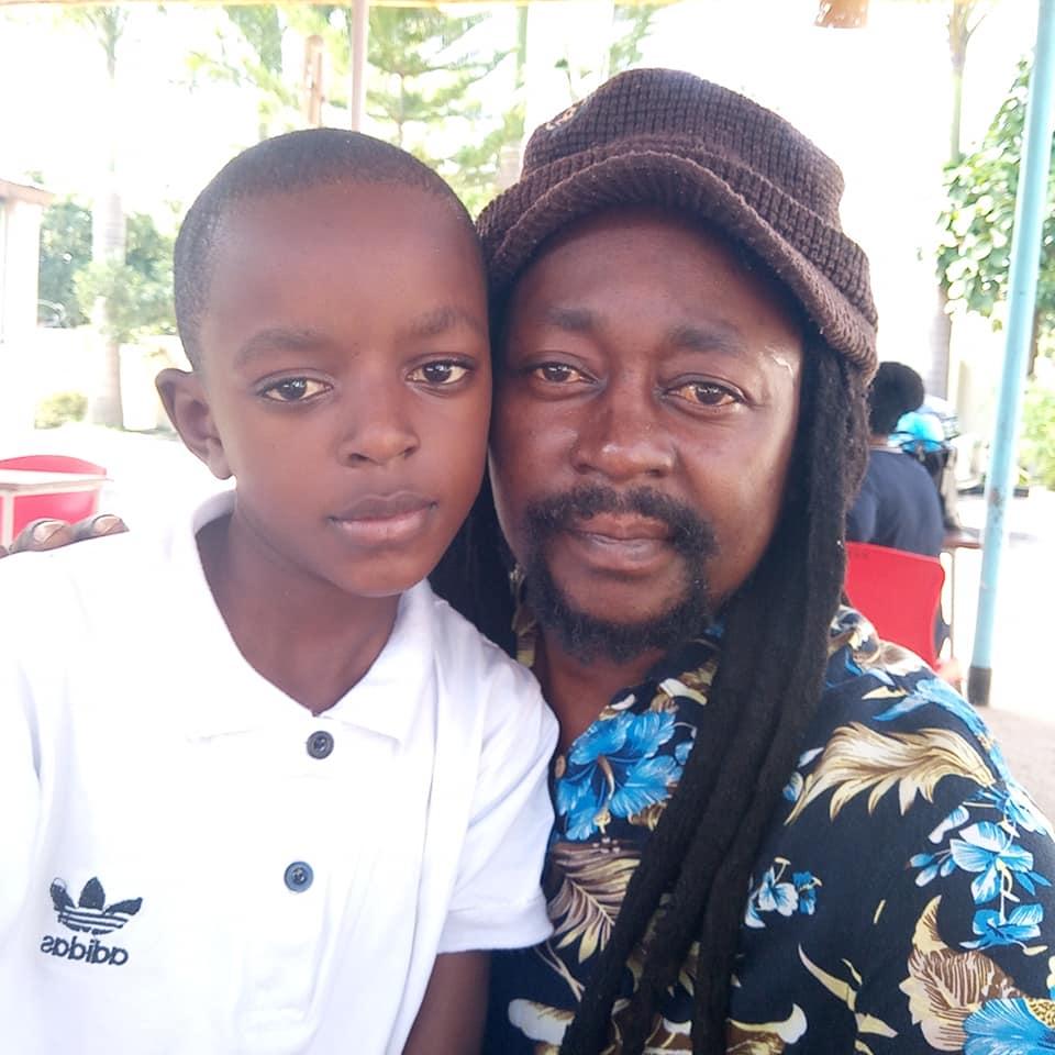 Afande Sele aonyesha picha za mtoto wake wa Mwanza aliyempatia jina la  producer P Funk 'Majani'