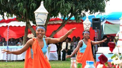 Photo of Fahamu kabila la Wahima, Bibi harusi mtarajiwa hulishwa nyama, mafuta ya ng'ombe na kuogeshwa maziwa ili anenepe