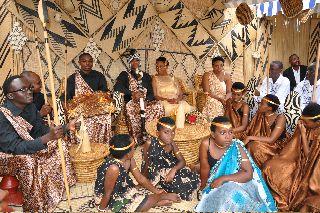Photo of Hili ndiyo kabila ambalo Bibi harusi mtarajiwa hulishwa nyama, mafuta ya ng'ombe ili anenepe na kuogeshwa maziwa
