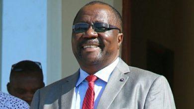 Photo of DC Kahama agawa mahindi na ndizi mbivu kwa wananchi wakiwa kwenye foleni wakisajili laini kwa alama za vidole