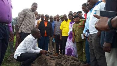 """Photo of Naibu Waziri wa Maji Aweso amsukumia ndani mtumishi wa Maji Tanga """"Yani imetumika milioni 400?"""" (Video)"""