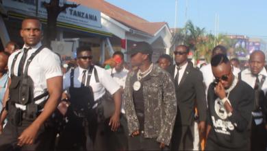 Photo of Harmonize alivyowaunga mkono wasanii wenzake viwanja vya sabasaba, Anunua ua kwa sh laki moja (+Video)