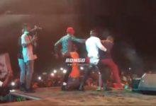 Photo of Alikiba aliavyovamiwa na mashabiki wake na kumkumbatia kwa furaha Kigoma (+Video)