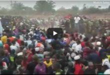 Photo of Msafara wa Alikiba na wasanii wenzake ulivyosindikizwa na mashabiki mpaka hotelini usiku  (+Video)
