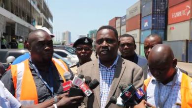 Photo of RC Kunenge alivyofanya ziara ya kushtukiza bandarini, atoa masaa mawili kontena zilizozuiliwa kutoka mara moja  (+Video)